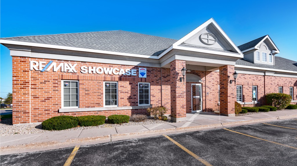 2 Remax Showcase Gurnee new office